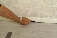 placing spacers between laminate flooring and baseboards