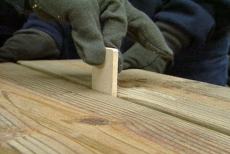 adding spacers between the picnic table planks