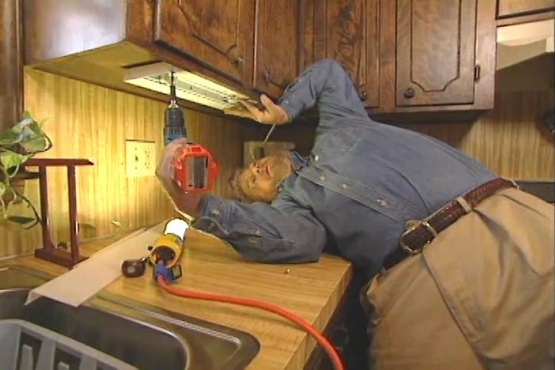 How to Install Fluorescent Lighting Under Kitchen Cabinets