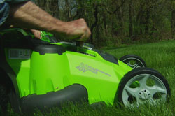 Using the one-handed height adjuster on Greenworks' G-MAX 20