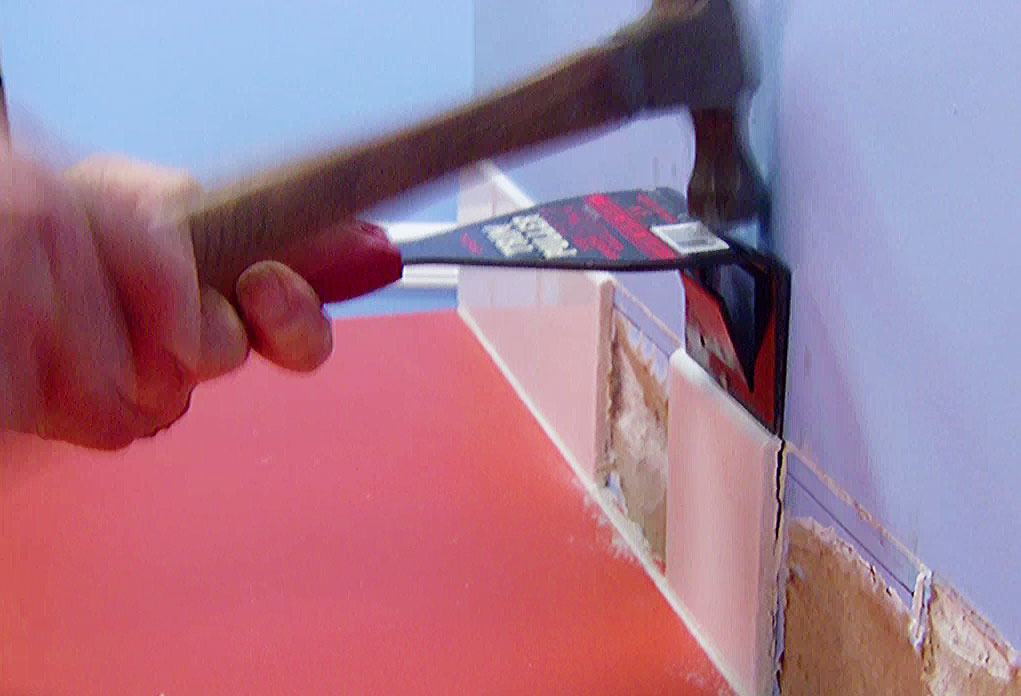 Unique Pry Tool Quickly Removes Wood Trim Without Damaging Either